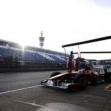 Alonso sale del box con el amanecer