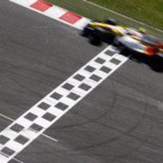 Piquet cruza la linea de meta
