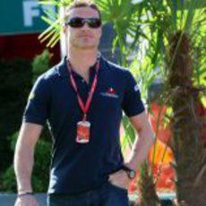 Coulthard por el paddock