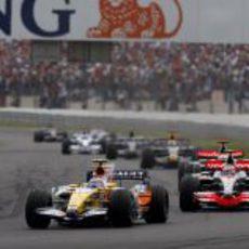 Piquet Jr. perseguido por los dos McLaren
