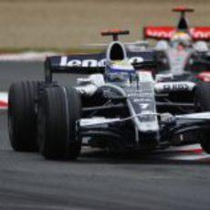 Rosberg rueda delante de Hamilton