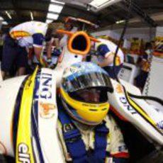 Alonso espera dento del Renault