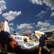 Alonso bajo el cielo despejado