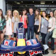Coulthard rodeado de mujeres