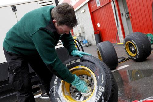 Limpiando los neumáticos