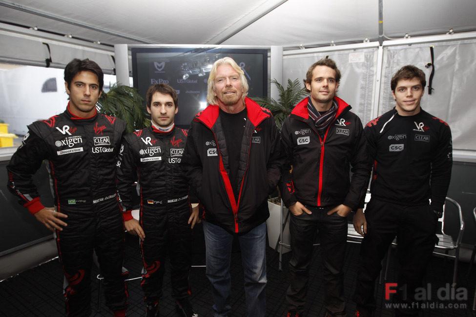 Los pilotos de Virgin con su jefe