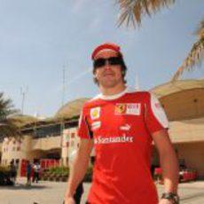 Alonso en el 'paddock'