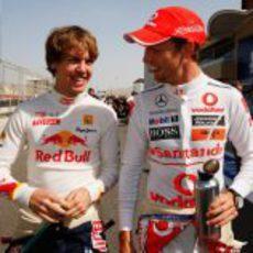 Vettel y Button charlan amistosamente