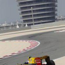 Petrov ante el edificio de Bahréin