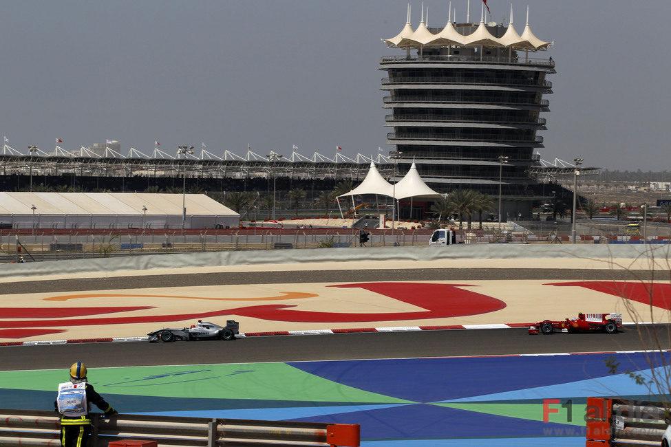 Alonso persigue a Schumacher