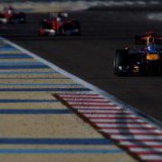Los Ferrari persiguen al Red Bull