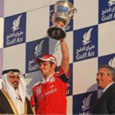 Domenicali levanta el trofeo de Ferrari