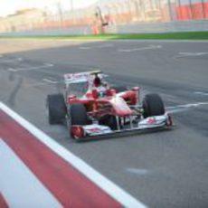 El Ferrari número 8 cruza la meta