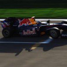 Vettel pasa por la parrilla