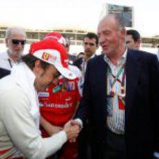 Alonso hace una reverencia al Rey