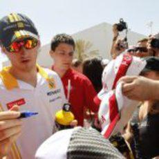 Kubica firma autógrafos