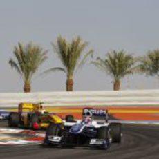 Barrichello perseguido por dos novatos