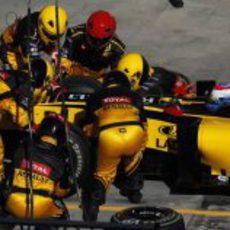 Las 'avispas' cambian los neumáticos