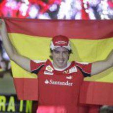 Alonso posa con la bandera española