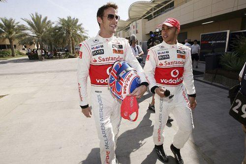 Button y Hamilton llegan al circuito
