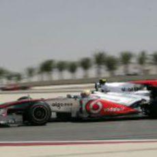Lewis en pista con el MP4-25