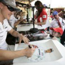 Michael firma su foto