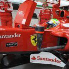 Felipe Massa en el garaje subido al F10