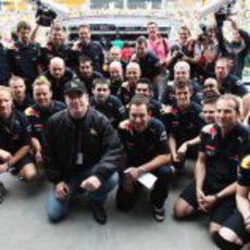 Travolta y los mecánicos de Red Bull