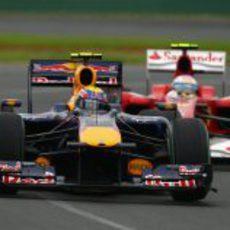 Fernando Alonso detrás de Mark Webber