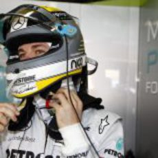 Rosberg se pone el casco