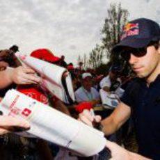 Alguersuari se hincha a firmar autógrafos