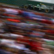 Heikki Kovalainen a toda velocidad en Albert Park