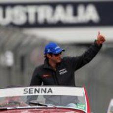 Bruno Senna saluda a los aficionados de Melbourne