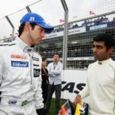 Bruno Senna y Karun Chandhok hablan en la parrilla de Australia 2010