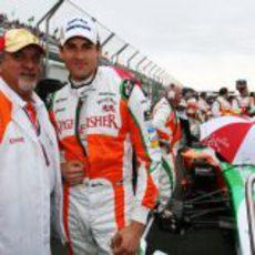 Vijay Mallya junto a Adrian Sutil en la parrilla del GP de Australia 2010
