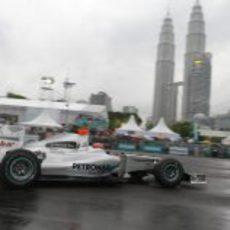 Schumacher bajo las Torres Petronas