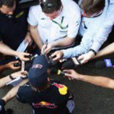 Sebastian Vettel rodeado por la prensa internacional