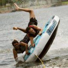 Chandhok y Senna se caen al agua