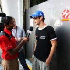 Bruno es entrevistado por la prensa local