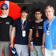 Bruno Senna, Carlos Sainz Jr., Karun Chandhok y Carlos Sainz en el box de Hispania