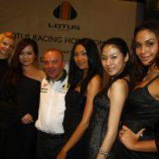Mike Gascoyne rodeado de guapas mujeres
