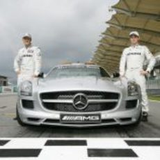 Schumacher y Rosberg junto al 'Safety Car'