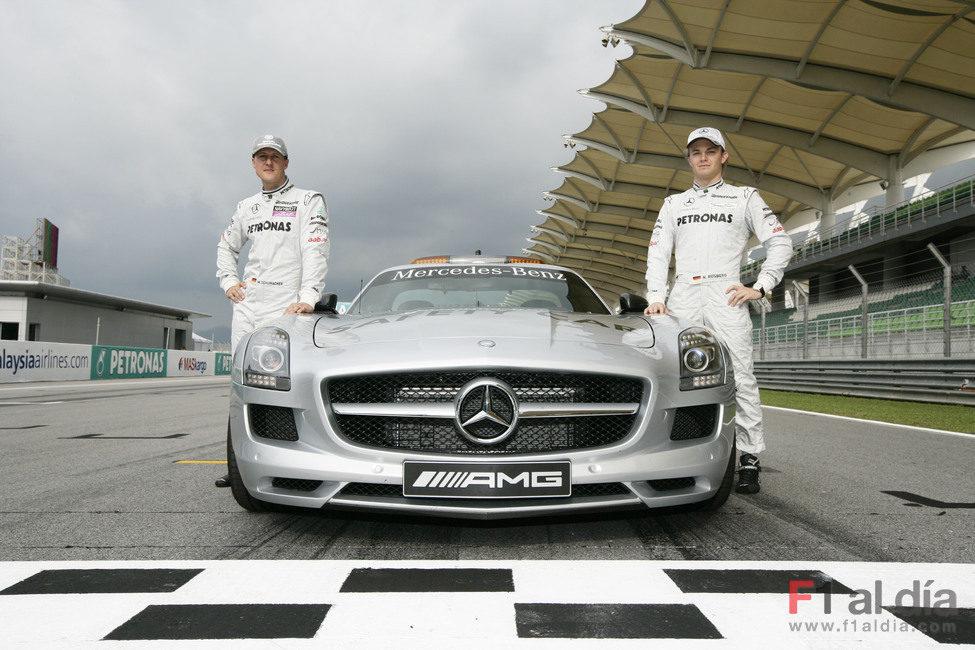 Schumacher y Rosberg junto al 'Safety Car'