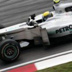Nico Rosberg corre con el Mercedes en Malasia