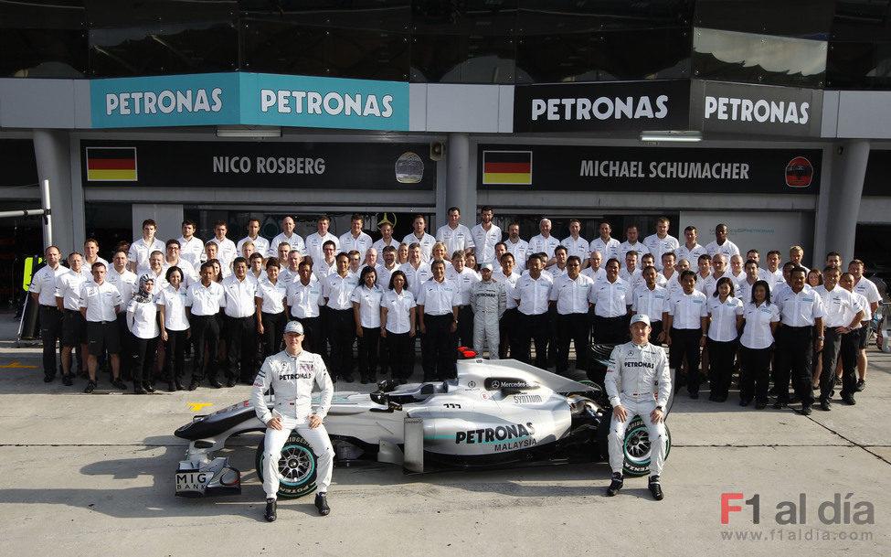Foto de familia del equipo Mercedes GP Petronas