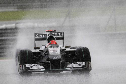 """Schumacher se """"ahoga"""" en la lluvia"""