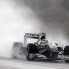 El agua envuelve a Rosberg