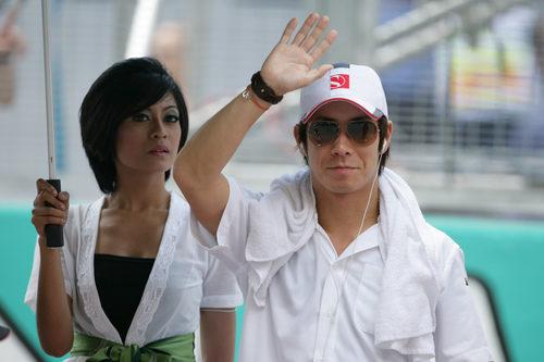 Kamui Kobayashi saluda a la afición malaya