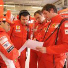 El equipo Ferrari repasa sus datos