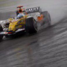 Alonso pelea con la lluvia